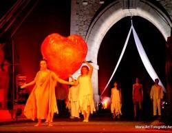 L'Escola de teatre i circ d'Amposta ha dissenyat un espectacle dins el celler modernista del Pinell de Brai per a la II Nit de l'Enoturisme de Catalunya